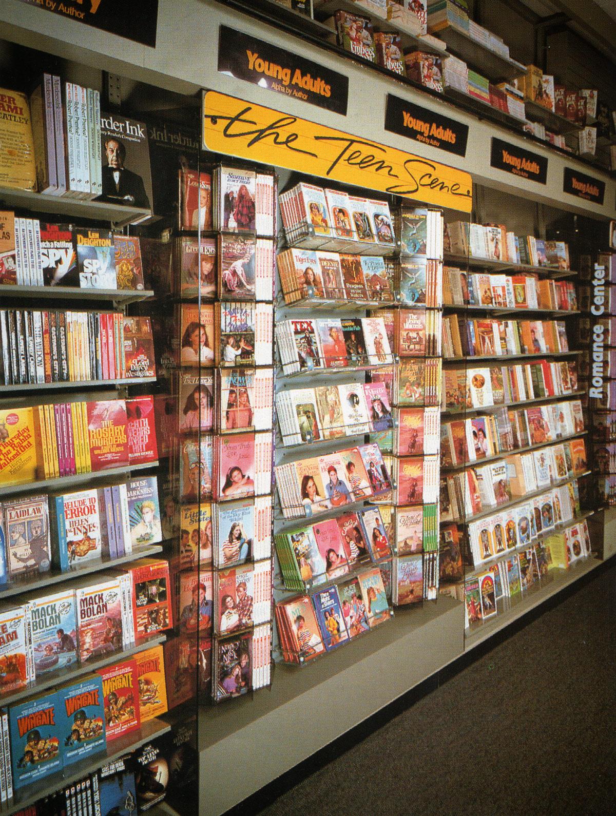 Waldenbooks visual merchandising bookstore